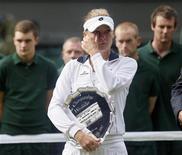 Agnieszka Radwanska, da Polônia, segura seu trofeu após ser derrotada por Serena Williams na final feminina de Wimbledon, em Londres. 07/07/2012 REUTERS/Stefan Wermuth