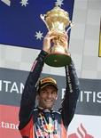 O australiano Mark Webber, da Red Bull, levanta seu trofeu após vencer o Grande Prêmio da Inglaterra em Silverstone. 08/07/2012 REUTERS/Nigel Roddis
