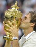 Roger Federer beija o troféu de campeão de Wimbledon, após conquistar o 7o título do Grand Slam em Londres, neste domingo. 08/07/2012 REUTERS/Toby Melville
