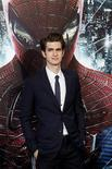 """Ator Andrew Garfield, o novo Homem-Aranha, posa na première do filme """"O Espetacular Homem-Aranha"""" em Los Angeles. 28/06/2012 REUTERS/Mario Anzuoni (UNITED STATES - Tags: ENTERTAINMENT)"""