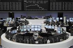 Трейдеры работают в торговом зале биржи во Франкфурте-на-Майне, 5 июля 2012 года. Европейские рынки акций открылись разнонаправлено после распродажи в пятницу, спровоцированной слабыми данными о занятости в США. REUTERS/Alex Domanski