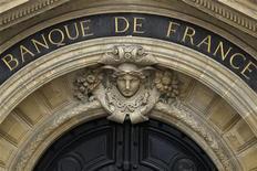 Вход в Банк Франции в Париже, 9 мая 2012 года. Центробанк Франции ожидает сокращения экономики Франции во втором квартале 2012 года, поскольку деловые настроения в стране ухудшились под воздействием слабого внутреннего спроса и высоких налогов. REUTERS/Charles Platiau