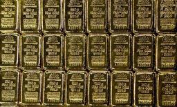 Слитки золота на заводе в швейцарском городе Мендризио, 13 ноября 2008 года. Цены на золото близки к двухнедельному минимуму на фоне снижения доллара и замедления инфляции в Китае. REUTERS/Arnd Wiegmann
