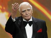 Ernest Borgnine acena após receber seu prêmio no 17o Screen Actors Guild Awards em Los Angeles, Califórnia. Borgnine, cujo tipo físico o levou a ficar célebre por papéis de durão no cinema, morreu no domingo, aos 95 anos, segundo seu assessor de imprensa, Harry Flynn. 30/01/2011 REUTERS/Mario Anzuoni