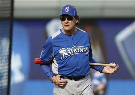 National League Manager Tony La Russa of the St. Louis Cardinals watches batting practice before the Major League Baseball All-Star Game Home Run Derby in Kansas City, Missouri, July 9, 2012. REUTERS/Jeff Haynes