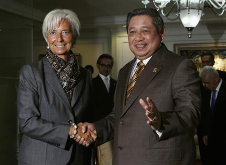 International Monetary Fund (IMF) Managing Director Christine Lagarde (L) is greeted by Indonesian President Susilo Bambang Yudhoyono as she arrives for a meeting at the presidential office in Jakarta July 10, 2012. REUTERS/Enny Nuraheni