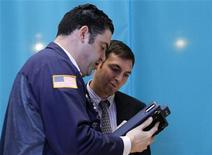 Трейдеры работают в торговом зале биржи в Нью-Йорке, 3 июля 2012 года. Уолл-стрит снизилась в понедельник на фоне слабых данных из Азии и экономических проблем в Европе, получивших отражение в новом повышении доходности испанских и итальянских облигаций. REUTERS/Brendan McDermid