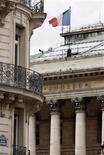 <p>Les Bourses européennes ont ouvert sur une note hésitante mardi après quatre séances consécutives de baisse, un peu rassurées par l'accord à l'Eurogroupe sur les modalités du plan d'aide aux banques espagnoles. À Paris, le CAC 40 était quasiment inchangé à 3.156,96 points vers 07h35 GMT. A Londres, le FTSE gagnait 0,11% et l'Eurostoxx 50 prenait 0,13. En revanche, à Francfort, le Dax reculait de 0,15%. /Photo d'archives/REUTERS/Charles Platiau</p>