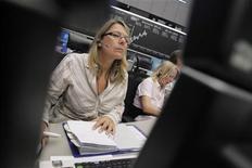 Трейдеры работают в торговом зале биржи во Франкфурте-на-Майне, 5 июля 2012 года. Европейские рынки акций открылись ростом после четырех дней снижения на фоне хорошего старта сезона квартальной отчетности в США и слабых экономических показателей Китая. REUTERS/Alex Domanski