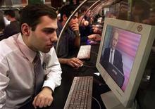 Интернет-кафе в Москве, 6 марта 2001 года. Российские власти создают механизм блокировки сайтов, который интернет-сообщество и правозащитники сочли инструментом цензуры в сети. REUTERS/Sergei Karpukhin
