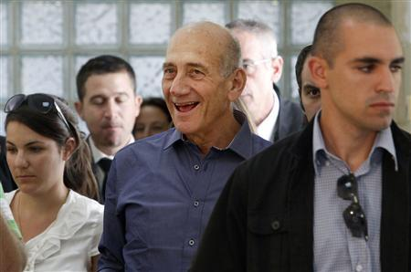 Former Israeli prime minister Ehud Olmert (C) smiles after a mixed verdict in his trial at Jerusalem District court July 10, 2012. REUTERS/Gali Tibbon/Pool