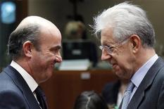 <p>Le ministre de l'Economie espagnol Luis de Guindos (à gauche) et le président du Conseil italien Mario Monti, à Bruxelles lors d'une réunion de l'Ecofin. L'Italie a évoqué mardi la possibilité de solliciter l'aide de la zone euro pour faire baisser ses coûts d'emprunt, tandis que l'Espagne a obtenu un sursis supplémentaire d'un an pour ramener son déficit dans les clous. /Photo prise le 10 juillet 2012/REUTERS/François Lenoir</p>