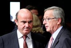 Las cajas de ahorros españolas podrían verse obligadas a deshacer sus posiciones de control en la banca comercial española, según se desprende del borrador del Memorándum de Entendimiento acordado entre Bruselas y el Gobierno español para la recapitalización del sistema financiero. En la imagen, el ministro español de Economía, Luis de Guindos, y el primer ministro de Luxemburgo y presidente del Eurogrupo, Jean-Claude Juncker (a la derecha) en una reunión de ministros de Finanzas de la eurozona en Bruselas, el 9 de julio de 2012. REUTERS/Francois Lenoir