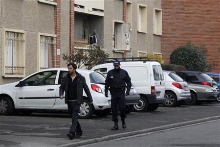 A policeman patrols in front of the five-storey apartment building where special forces police staged the assault on the gunman Mohamed Merah, in Toulouse March 23, 2012. REUTERS/Jean-Paul Pelissier