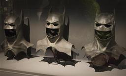 """<p>Des étudiants chercheurs britanniques affirment calculs à l'appui que si Batman s'élançait réellement dans les airs, il s'écraserait au sol et que sa chute serait très probablement mortelle. """"Si Batman veut survivre au vol, il a définitivement besoin d'une plus grande cape"""", a expliqué David Marshall, étudiant de 22 ans, en dernière année de maîtrise de physique. /Photo d'archives/REUTERS/Charles Platiau</p>"""