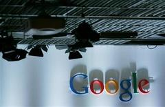 <p>Foto de archivo del logo de la firma Google en su casa matriz de Mountain View, EEUU, ene 5 2010. Google está cerca de resolver las acusaciones que sostienen que violó la configuración de privacidad de los usuarios del navegador Safari de Apple, según dos fuentes cercanas al caso. REUTERS/Robert Galbraith</p>