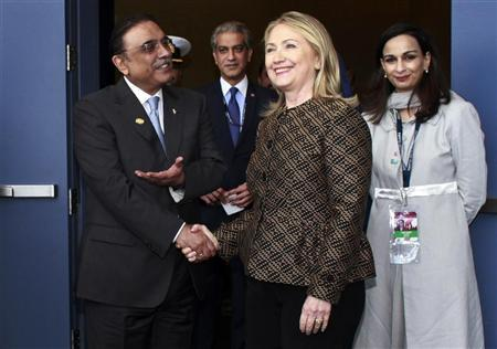 U.S. Secretary of State Hillary Clinton (center R) shakes hands with Pakistan's President Asif Ali Zardari before a bi-lateral meeting at the NATO summit in Chicago May 20, 2012. REUTERS/Bob Strong