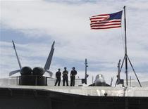 """Флаг США на палубе атомного авианосца """"Джордж Вашингтон"""", Пусан, 21 июля 2010 года. Если вас влечет романтика Холодной войны, вы можете купить как металлолом американский крейсер """"Лонг Бич"""" - первый в мире боевой надводный корабль с атомной силовой установкой. REUTERS/Truth Leem"""