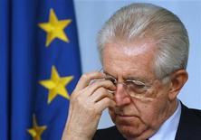 Премьер-министр Италии Марио Монти присутствует на пресс-конференции в Риме, 18 апреля 2012 года. Италия может попросить еврозону о помощи, поскольку министры финансов не смогли убедить рынки в том, что взяли долговой кризис блока под контроль. REUTERS/Tony Gentile