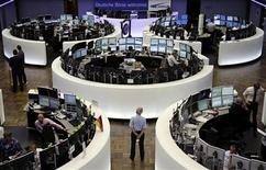Трейдеры работают на бирже во Франкфурте-на-Майне, 6 июля 2012 года. Европейские акции снижаются после сообщения производителя предметов роскоши Burberry о замедлении роста продаж. REUTERS/Remote/Thomas Peter