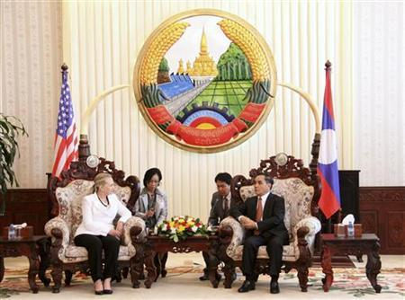 U.S. Secretary of State Hillary Clinton (L) speaks with Laos' Prime Minister Thongsing Thammavong at the Government Office in Vientiane July 11, 2012. REUTERS/Kham Phan Lasamouth