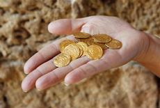<p>Des archéologues israéliens ont découvert à Arsouf, à une quinzaine de kilomètres au nord de Tel Aviv, un pot de céramique contenant 108 pièces d'or datant des croisades. /Photo prise le 9 juillet 2012/REUTERS/Baz Ratner</p>