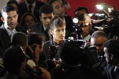 O jogador de Santos, Neymar, no centro da foto, era cercado por membros da mídia ao chegar na cerimônia comemorativa do aniversário de 100 anos do clube em abril. O atacante Neymar anunciou nesta terça-feira um acordo com a empresa IMX Talent, do bilionário Eike Batista, para o gerenciamento de sua carreira e imagem. 10/04/2012 REUTERS/Ueslei Marcelino