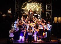 """<p>El grupo """"Opera de la calle"""" durante una presentaci&oacute;n en La Habana, jun 30 2012. Un grupo de artistas cubanos con bailarines al estilo Broadway y cl&aacute;sicos cantantes de &oacute;pera abrieron """"El Cabildo, un centro cultural que est&aacute; acelerando el ritmo de las reformas econ&oacute;micas en la isla comunista. REUTERS/Desmond Boylan</p>"""