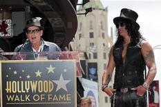 O ator Charlie Sheen fala na cerimônia de inauguração da estrela de Slash (D) na Calçada da Fama, em Hollywood, Califórnia. 10/07/2012 REUTERS/Mario Anzuoni