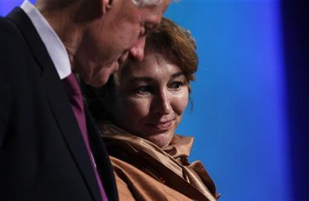 Former U.S. President Bill Clinton (L) talks to Director of policy planning for the U.S. State Department Anne-Marie Slaughter during an announcement of a commitment pledge at the Clinton Global Initiative in New York September 22, 2010. REUTERS/Lucas Jackson