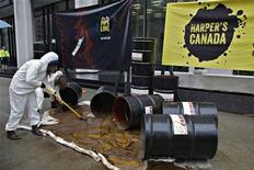 Greenpeace protestors begin the cleanup of a simulated oil spill outside the Enbridge oil pipeline offices in Vancouver, British Columbia June 13, 2012. REUTERS/Andy Clark
