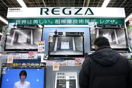 A man looks at Toshiba Corp's Regza liquid-crystal display (LCD) televisions at an electronic store in Tokyo January 26, 2009. REUTERS/Stringer