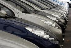 <p>PSA Peugeot Citroën a annoncé son intention de supprimer 8.000 postes supplémentaires sur ses sites français face à la dégradation du marché automobile européen, et de fermer son usine de production d'Aulnay-sous-Bois en 2014. /Photo d'archives/REUTERS/Eric Gaillard</p>