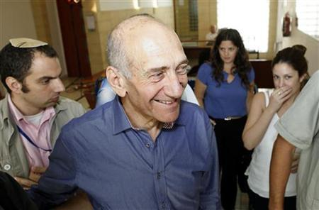 Former Israeli prime minister Ehud Olmert (C) leaves Jerusalem District court after hearing a mixed verdict in his trial July 10, 2012. REUTERS/Gali Tibbon/Pool