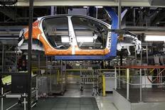 Каркас автомобиля на конвейере завода PSA Peugeot Citroen в Пуаси (Франция), 27 января 2012 года. Производство на фабриках еврозоны выросло в мае, но этого недостаточно, чтобы компенсировать предшествовавший спад. REUTERS/Benoit Tessier