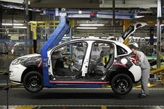 An employee works on the assembly line of the Citroen C3 at the PSA Peugeot Citroen plant in Poissy, near Paris, in this January 27, 2012 file picture. REUTERS/Benoit Tessier/Files