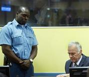 Экс-генерал армии боснийских сербов Ратко Младич (справа) на судебном заседании в Гааге, 16 мая 2012 года. Экс-генерал армии боснийских сербов Ратко Младич, обвиняемый в военных преступлениях, был доставлен в голландскую больницу в четверг, на четвертый день судебного процесса. REUTERS/Toussaint Kluiters/Pool