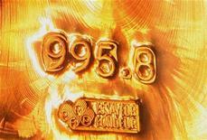 Слиток золота в музее Банка Англии в Лондоне, 7 августа 2008 г. Золото дешевеет, поскольку протокол июньского заседания ФРС США показал, что центробанк не спешит принять дополнительные меры по стимулированию экономики. REUTERS/Luke MacGregor