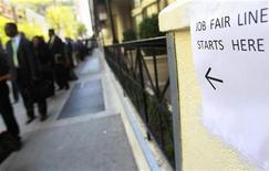 <p>File d'attente lors d'une bourse pour l'emploi à New York. Les dernières inscriptions hebdomadaires au chômage aux Etats-Unis ont reculé à leur plus bas niveau depuis quatre ans, un signe encourageant pour le marché de l'emploi américain/Photo prise le 18 avril 2012/REUTERS/Shannon Stapleton</p>