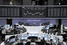 Помещение Франкфуртской фондовой биржиЮ, 12 июля 2012 года. Европейские рынки акций подешевели в четверг, так как инвесторы готовятся к мрачным экономическим данным из Китая, потеряв надежду на то, что ФРС США прибегнет к монетарным стимулам в ближайшее время. REUTERS/Remote/Tobias Schwarz