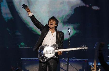 Ronnie Wood plays as the band The Small Faces are inducted into the Rock n' Roll Hall of Fame in Cleveland, Ohio April 14, 2012. REUTERS/Matt Sullivan