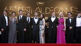 """O diretor Walter Salles (4o à esquerda) e membros do elenco do filme """"Na Estrada"""" posam no tapete vermelho do 65o Festival de Cannes. 23/05/2012. REUTERS/Jean-Paul Pelissier"""