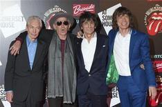 """Os Rolling Stones (da esquerda para a direita) Charlie Watts, Keith Richards, Ronnie Wood e Mick Jagger posam na chegada da abertura da exibição """"Rolling Stones: 50"""" no Somerset House, em Londres. A exibição, que comemora os 50 anos da banda desde sua primeira apresentação no Marquee Club em 1962, ficará de 13 de julho até 27 de agosto. 12/07/2012 REUTERS/Ki Price"""