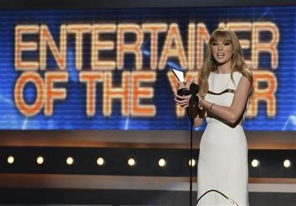 Taylor Swift accepts the award for entertainer of the year at the 47th annual Academy of Country Music Awards in Las Vegas, Nevada, April 1, 2012. REUTERS/Steve Marcus/Files