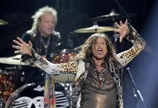 "Steven Tyler of Aerosmith perfoms during the 11th season finale of ""American Idol"" in Los Angeles, California, May 23, 2012. REUTERS/Mario Anzuoni"