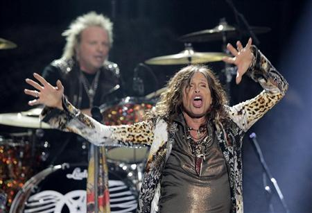 Steven Tyler of Aerosmith perfoms during the 11th season finale of ''American Idol'' in Los Angeles, California, May 23, 2012. REUTERS/Mario Anzuoni