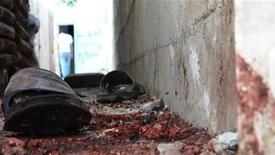 Пара окровавленных сандалей ледит на земле в Хомсе, 13 июня 2012 года. Более 200 сирийцев, в основном мирные жители, были убиты в деревне в мятежном регионе Хама в результате обстрела с вертолетов и танков и нападения отрядов милиции, сообщили активисты оппозиции. REUTERS/Shaam News Network/Handout