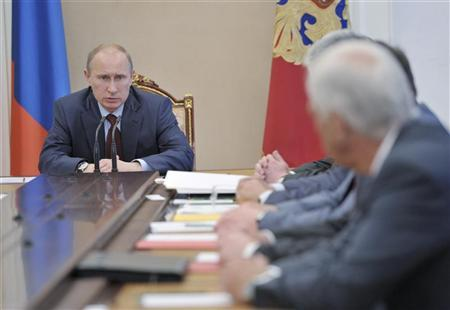 Russian President Vladimir Putin (L) chairs a meeting of the Security Council in Moscow's Kremlin July 6, 2012. REUTERS/Alexei Nikolsky/RIA Novosti/Kremlin