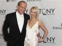 O ator Kelsey Grammer e a mulher dele, Kayte, chegam para a cerimônia do Tony Awards, em Nova York, em junho do ano passado. 12/06/2011 REUTERS/Lucas Jackson