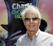 """O produtor de Hollywood Richard D. Zanuck posa para fotos na pré-estreia do filme """"A Fantástica Fábrica de Chocolate"""", em Hollywood, nos Estados Unidos, em 2005. 10/07/2005 REUTERS/Fred Prouser"""